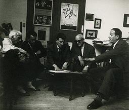 Georges Braque, Engelberts, Henri Deschamps, Fernand Mourlot et René Char, dans l'atelier de Braque, en 1962 (de g. à dr.)